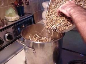Ajouter la paille dans l'eau à environ 75°