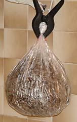 Mettre la paille dans un sac en plastique percé
