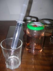 aspirer de l'h2o2 à l'aide d'une seringue avec aiguille