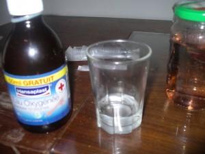 verser de l'eau oxygénée ou peroxyde d'hydrogène dans un verre